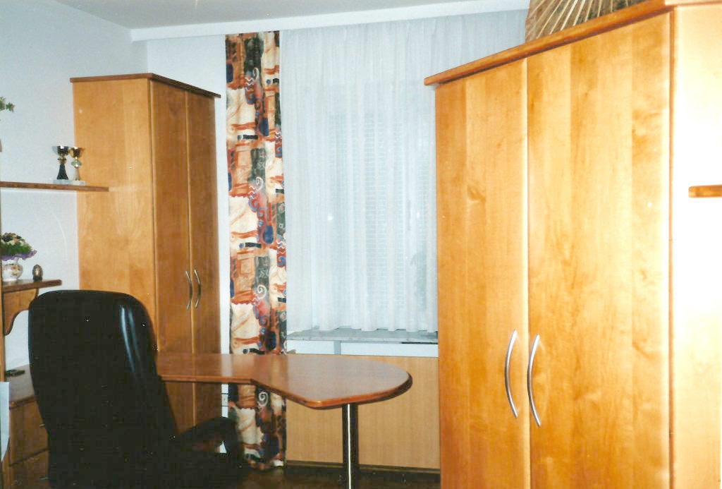 helles arbeitszimmer mit holzfunier aus ahorn wohnen holz. Black Bedroom Furniture Sets. Home Design Ideas