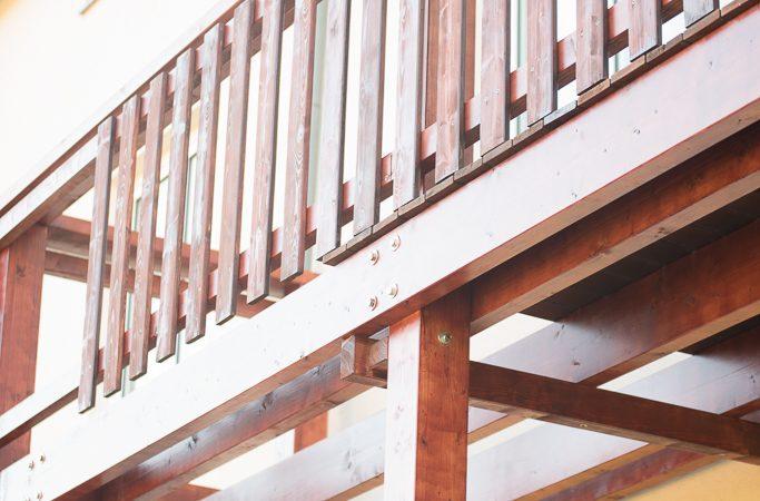 balkon schafft blick ber tal k che wohnen holz. Black Bedroom Furniture Sets. Home Design Ideas